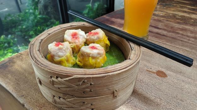 Dim sum chinois dans une boîte à vapeur en bambou