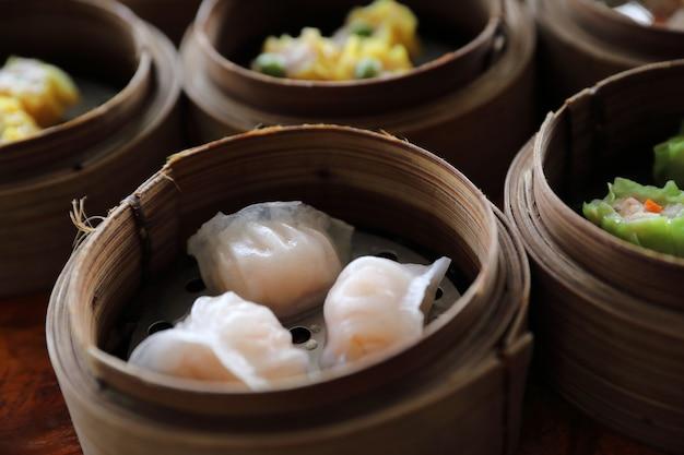 Dim sum, dumpling vapeur dans un panier en bois cuisine chinoise