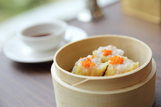 Dim sum de la nourriture chinoise dans un panier en bambou