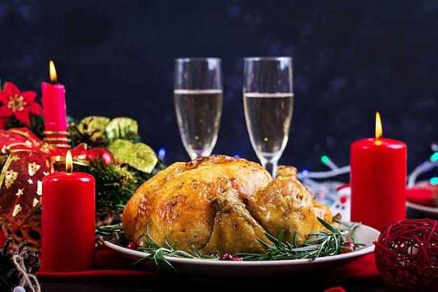 Dinde au four. la table de noël est servie avec une dinde, décorée de clinquant brillant