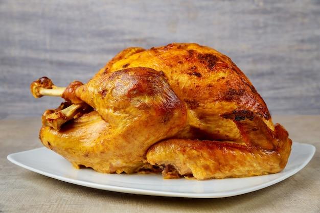 Dinde croustillante au four sur plaque blanche pour le jour de thanksgiving ou noël.