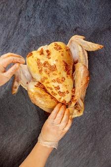 Dinde crue avec marinade prête à rôtir.