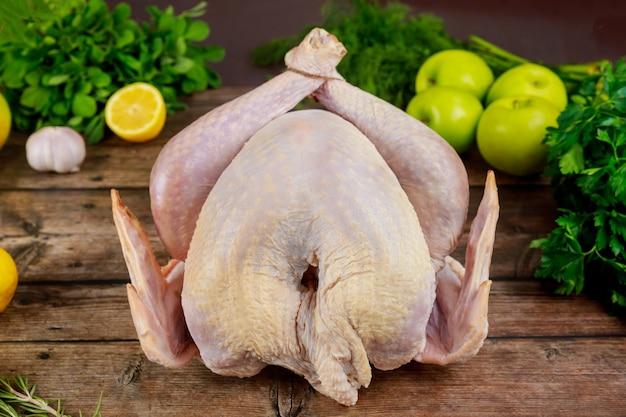 Dinde crue de thanksgiving ou de noël avec des herbes, du citron et des pommes.