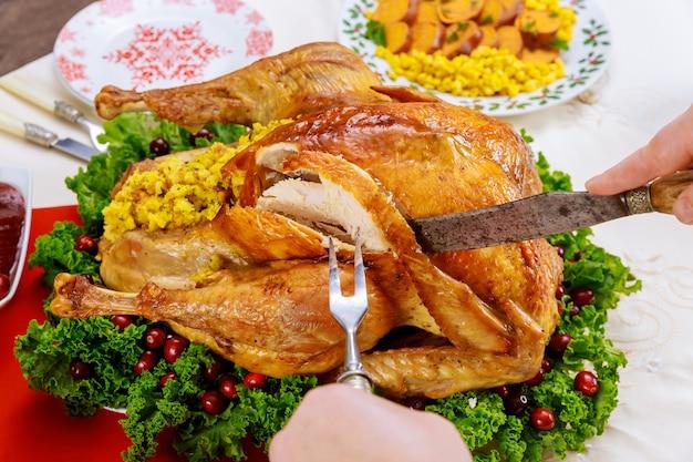 Dinde entière rôtie coupée à la main pour le dîner de noël. fermer.