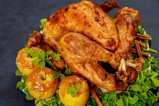 Dinde entière rôtie pour le jour de thanksgiving sur fond sombre. fermer.
