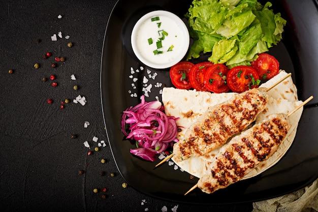 Dinde grillée hachée (poulet) avec des légumes frais. vue de dessus