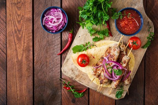 Dinde grillée kebab hachée (poulet) aux légumes. vue de dessus