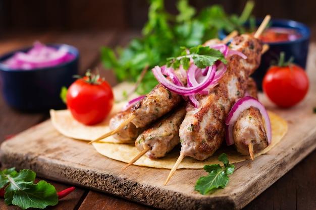 Dinde grillée kebab hachée (poulet) aux légumes.