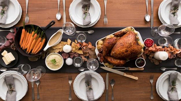 Dinde plate préparée pour le jour de thanksgiving