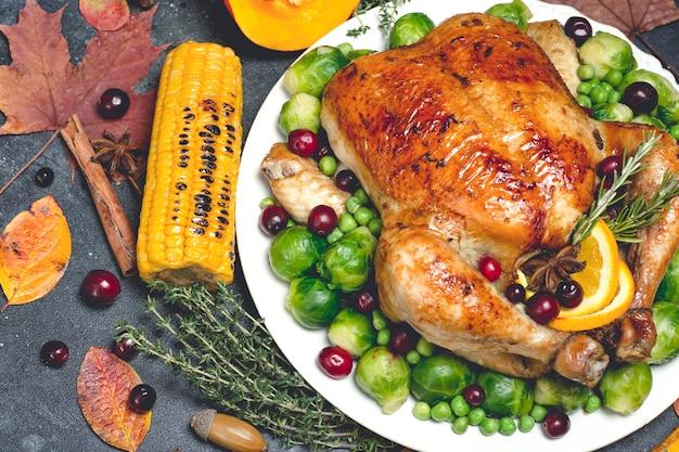 Dinde ou poulet de thanksgiving pour un fond de table de dîner festif avec des spéci...