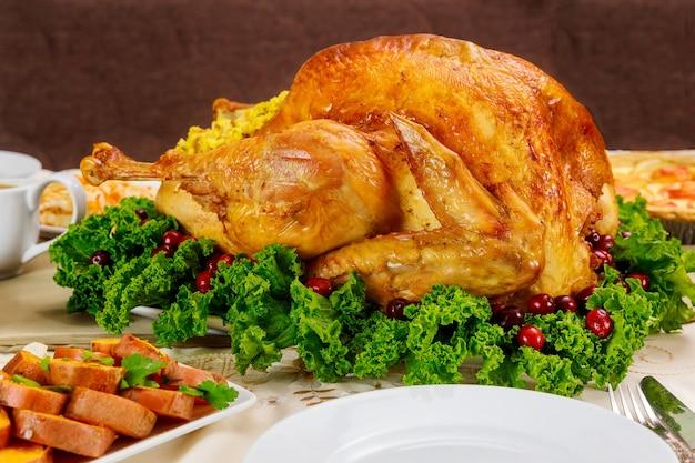 Dinde rôtie aux canneberges et igname sur table de noël ou de thanksgiving.