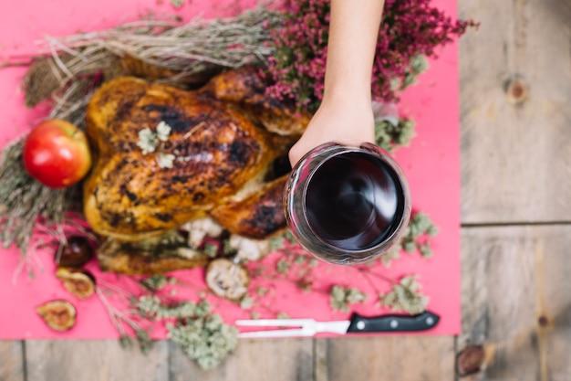 Dinde de thanksgiving et main tenant le verre de vin