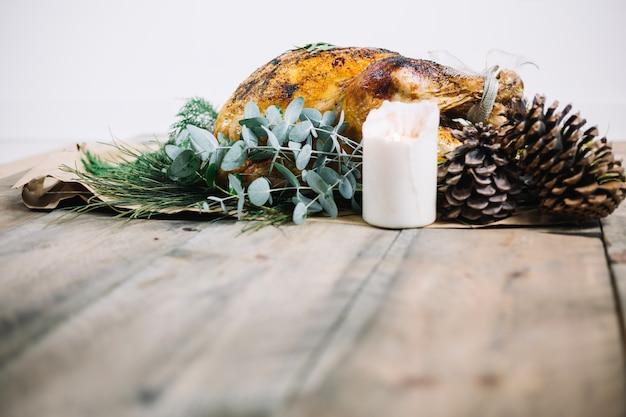 Dinde de thanksgiving sur la table en bois