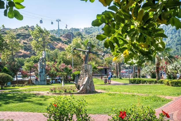 Dinde. vue sur les cabines du téléphérique de la ville d'alanya depuis le parc verdoyant