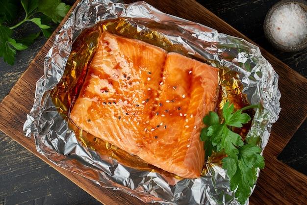 Dîner en aluminium avec du poisson. filet de saumon. alimentation saine, régime céto