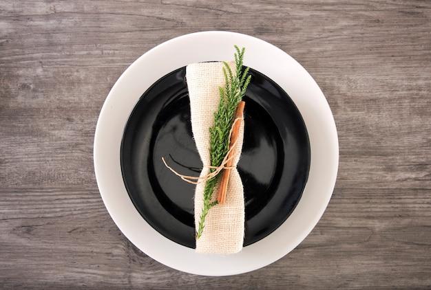 Dîner assiette décoration sur table en bois vue de dessus