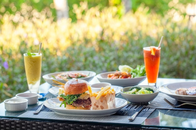 Dîner au restaurant en plein air dans l'hôtel de luxe burger frites légumes