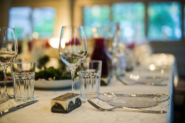 Dîner au restaurant, réglage de la table