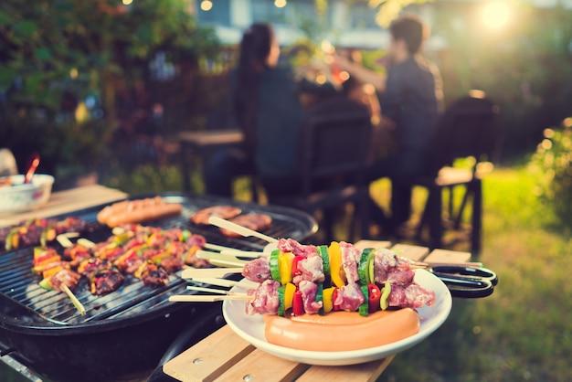 Dîner, barbecue et rôti de porc dans la nuit
