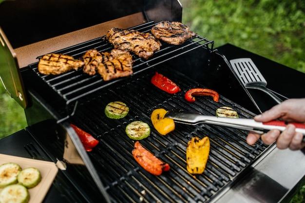 Dîner, barbecue et rôti de porc la nuit