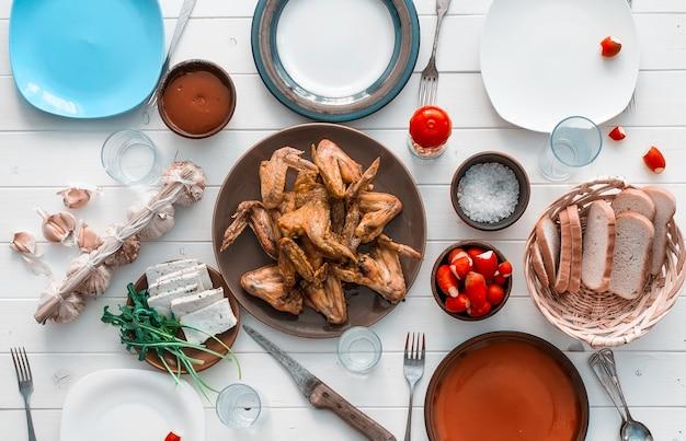 Dîner en famille avec des ailes de poulet rôties