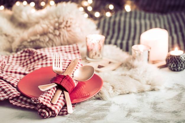 Dîner festif de la saint-valentin sur un couvert de table en bois