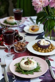 Dîner gastronomique. camembert grillé, vin blanc et divers apéritifs.