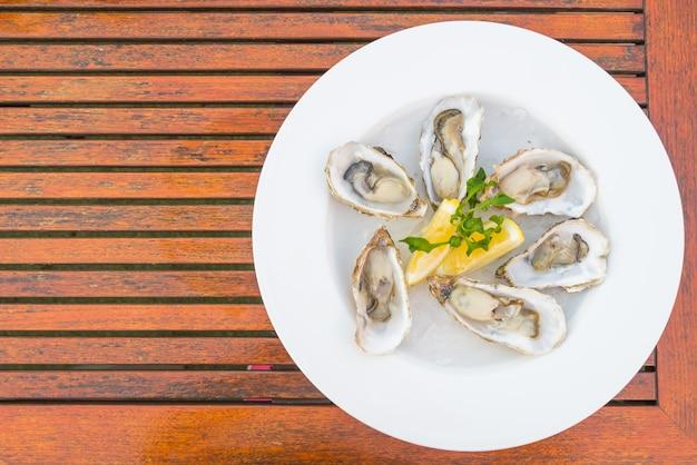 Dîner gastronomique frais coûteux d'huîtres