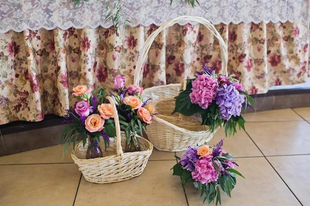 Dîner de mariage au restaurant, tables décorées de vases de roses.
