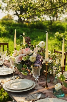 Dîner de mariage dans le jardin. réglage de la table