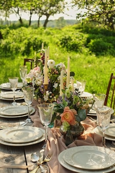 Dîner de mariage décor dans la nature dans le jardin