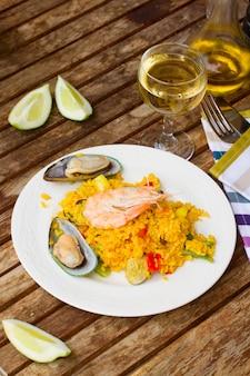 Dîner avec paella aux fruits de mer
