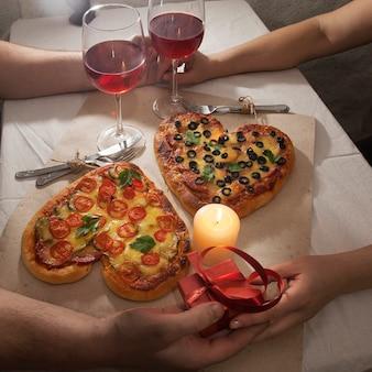 Dîner de pizza en forme de coeur d'amour romantique et cadeaux