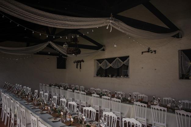 Dîner de restauration en plein air au mariage avec décoration de garnitures faites maison