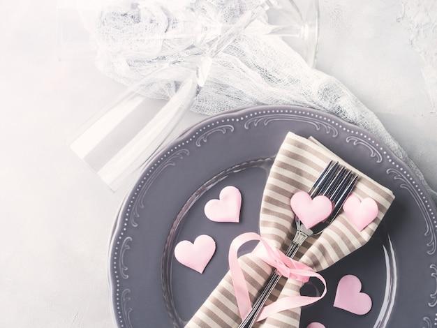 Dîner romantique date assiettes coeurs