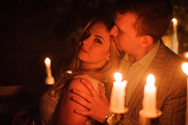 Dîner romantique d'un jeune couple aux chandelles à la montagne