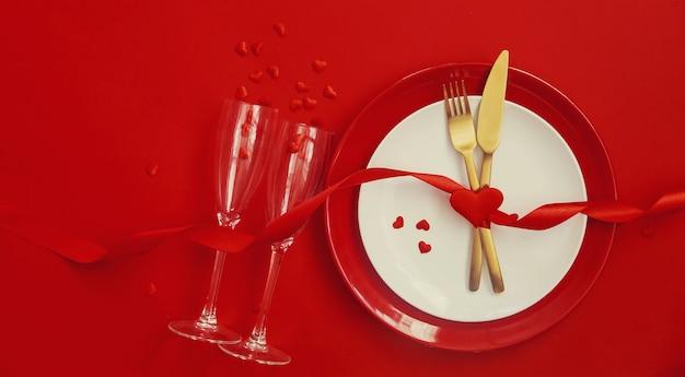 Dîner romantique pour la saint-valentin sur une surface rouge. mise au point sélective. vacances.