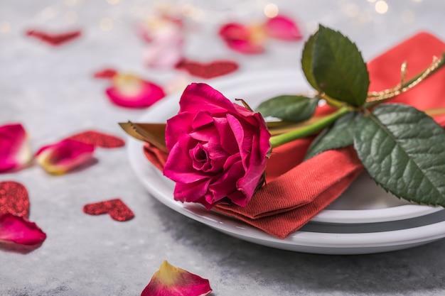Dîner de la saint-valentin avec décoration de coeurs de table, rose pour le dîner de la saint-valentin. vue d'en-haut.