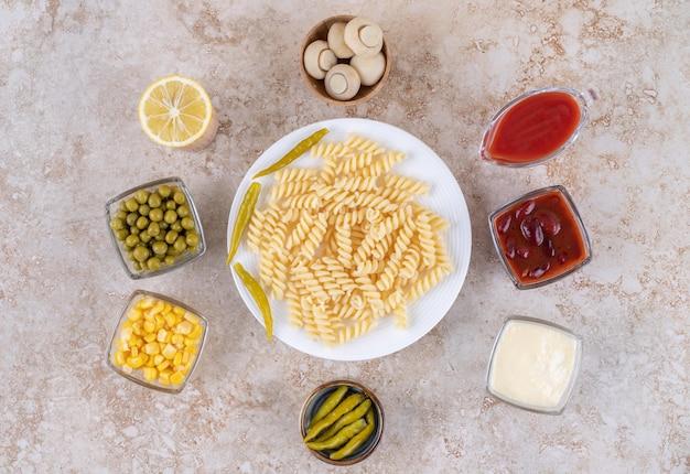 Dîner savoureux avec plat principal entouré de vinaigrettes et d'apéritifs sur une surface en marbre.