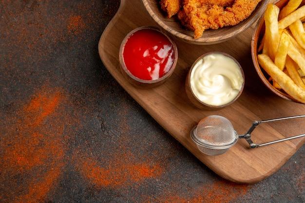 Dîner savoureux avec poulet frit croustillant et pommes de terre avec mayonnaise et ketchup