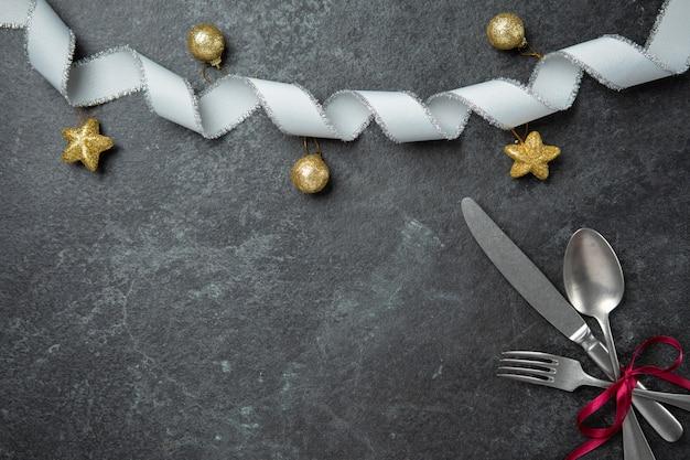 Dîner spécial noël célébrer couple amoureux de la famille plat poser dessus vue avec fourchette cuillère k