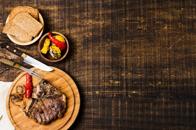 Dîner avec steak dans des plats rustiques