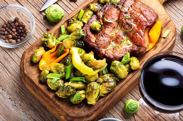 Dîner avec des steaks et du vin rouge