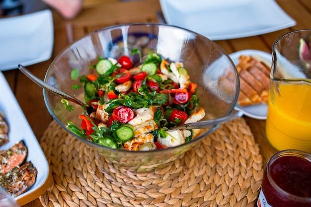 Dîner sur la table vue de dessus saumon grillé pour le dîner avec salade dîner pour une grande entreprise sur