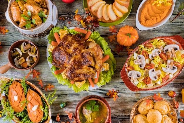 Dîner de thanksgiving avec dinde