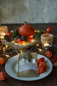 Dîner de thanksgiving. dîner d'halloween table de fête avec du poulet et tous les plats d'accompagnement.