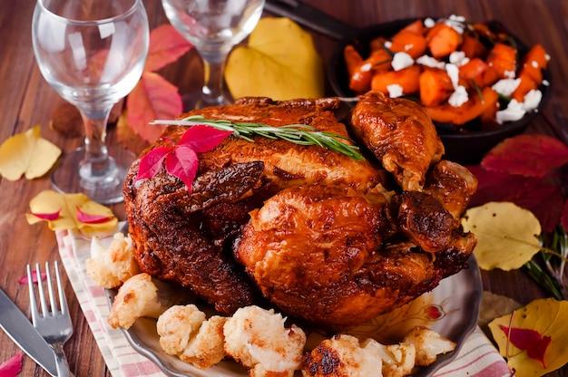 Dîner de thanksgiving avec du poulet.