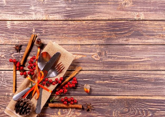 Dîner de thanksgiving sur fond en bois ancien.