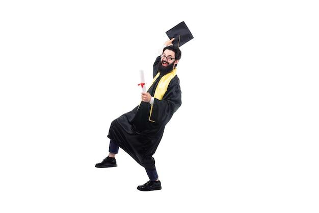 Diplômé barbu joyeux, isolé sur un espace blanc