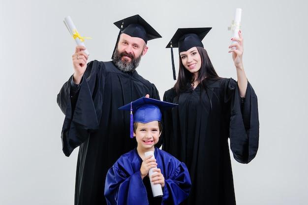 Diplôme. parents. toutes nos félicitations. étudiant. terminer les études. université. diplômés. s'amuser. architecture. bonheur. permanent. couloir. mère. père. fils.